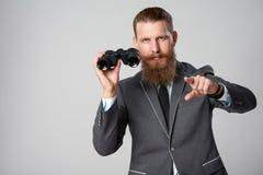Hombre de negocios con los prismáticos Fotografía de archivo libre de regalías