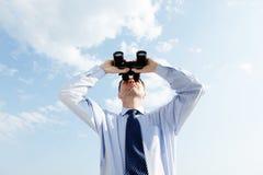Hombre de negocios con los prismáticos Imagen de archivo