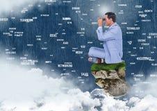 Hombre de negocios con los prismáticos en la plataforma flotante de la roca con las palabras que conectan en cielo Imagen de archivo
