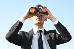 Hombre de negocios con los prismáticos Fotos de archivo libres de regalías