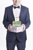 Hombre de negocios con los regalos (imagen vertical) Fotos de archivo libres de regalías