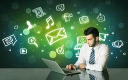 Hombre de negocios con medios símbolos sociales Imagen de archivo libre de regalías