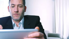 Hombre de negocios con PC de la tableta Fotografía de archivo libre de regalías
