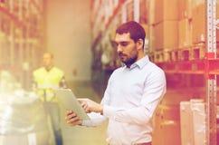 Hombre de negocios con PC de la tableta en el almacén Imágenes de archivo libres de regalías