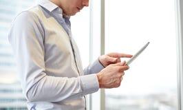 Hombre de negocios con PC de la tableta en oficina Foto de archivo libre de regalías
