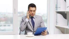 Hombre de negocios con PC de la tableta que invita a smartphone almacen de video