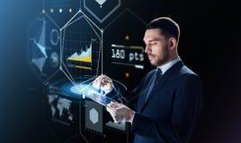 Hombre de negocios con PC de la tableta y la proyección virtual Fotos de archivo libres de regalías