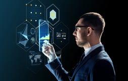 Hombre de negocios con PC de la tableta y las proyecciones virtuales Fotos de archivo