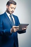 Hombre de negocios con PC de la tablilla Fotografía de archivo