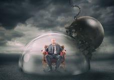 Hombre de negocios con seguridad dentro de una bóveda del escudo durante una tormenta que lo protege contra una bola arruinadora  imágenes de archivo libres de regalías