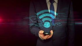 Hombre de negocios con smartphone y concepto del holograma de la muestra de Wi-Fi