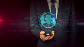Hombre de negocios con smartphone y concepto social del holograma de la muestra de los medios