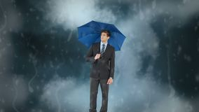 Hombre de negocios con su paraguas debajo de la tormenta almacen de metraje de vídeo