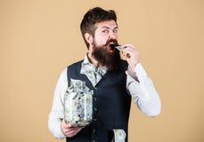 Hombre de negocios con sus ahorros del d?lar Riqueza y bienestar Ahorros del dinero de la seguridad y del efectivo Concepto de la imagen de archivo libre de regalías