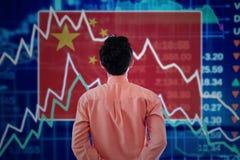 Hombre de negocios con un mercado de acción de China foto de archivo libre de regalías