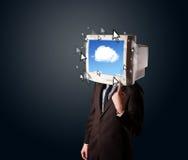 Hombre de negocios con un monitor en su cabeza, sistema de la nube y pointe Fotos de archivo libres de regalías