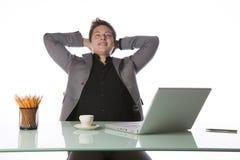 Hombre de negocios con un ordenador portátil Foto de archivo