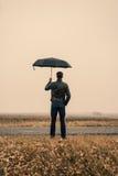 Hombre de negocios con un paraguas al aire libre Foto de archivo libre de regalías