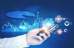Hombre de negocios con un smartphone, gráficos, azul de HUD Foto de archivo