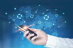 Hombre de negocios con un smartphone, HUD, mapa, azul Fotografía de archivo