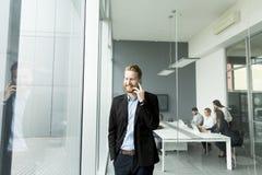 Hombre de negocios con un teléfono Imagen de archivo libre de regalías