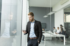 Hombre de negocios con un teléfono Fotos de archivo