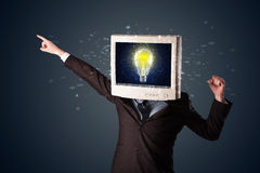 Hombre de negocios con una bombilla de la cabeza y de la idea del monitor de la PC en la d Imágenes de archivo libres de regalías