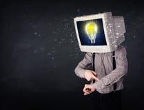 Hombre de negocios con una bombilla de la cabeza y de la idea del monitor de la PC en la d Foto de archivo