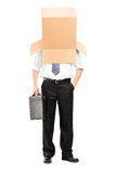 Hombre de negocios con una caja del cartón en su cabeza Fotografía de archivo libre de regalías