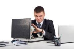 Hombre de negocios con una cartera llena de dinero en las manos aisladas en el fondo blanco Foto de archivo libre de regalías