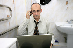 Hombre de negocios con una computadora portátil Fotos de archivo