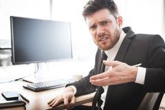 Hombre de negocios con una pregunta imágenes de archivo libres de regalías