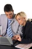 Hombre de negocios con una secretaria Imágenes de archivo libres de regalías