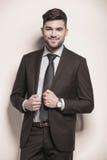 Hombre de negocios con una sonrisa boba linda en su cara Imágenes de archivo libres de regalías