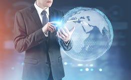 Hombre de negocios con una tableta digital, tierra imagenes de archivo