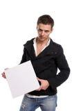 Hombre de negocios con una tarjeta blanca vacía Fotografía de archivo libre de regalías