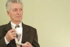 Hombre de negocios con una taza de té Imágenes de archivo libres de regalías