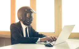 Hombre de negocios Concept Typing Laptop de la inteligencia artificial del AI del vintage en Ministerio del Interior imagen de archivo