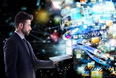 Hombre de negocios conectado con la fibra óptica concepto de distribución rápida de Internet imagen de archivo libre de regalías
