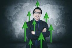 Hombre de negocios confiado con las flechas ascendentes Fotos de archivo