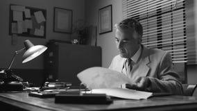 Hombre de negocios confiado del vintage que trabaja en el escritorio metrajes