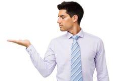 Hombre de negocios confiado Displaying Invisible Product imágenes de archivo libres de regalías