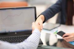 Hombre de negocios confiado dos que sacude las manos durante una reunión en oficina, éxito, el tratamiento, el saludo y el concep Fotografía de archivo