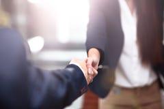 Hombre de negocios confiado dos que sacude las manos durante una reunión en oficina, éxito, el tratamiento, el saludo y el concep Imagenes de archivo