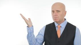Hombre de negocios confiado Image Presenting una cosa imaginaria con gestos de una mano imágenes de archivo libres de regalías