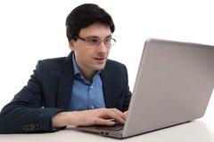 Hombre de negocios confiado joven con el ordenador portátil foto de archivo