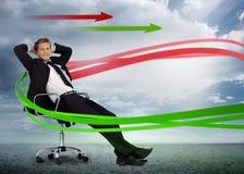 Hombre de negocios confiado que descansa en silla de eslabón giratorio con rojo y gre Fotografía de archivo