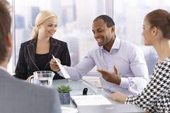 Hombre de negocios confiado que habla en la reunión foto de archivo
