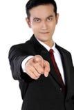 Hombre de negocios confiado que señala el finger en usted, aislado en blanco Imágenes de archivo libres de regalías