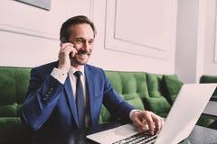 Hombre de negocios confiado usando el smartphone para la comunicación Imagenes de archivo